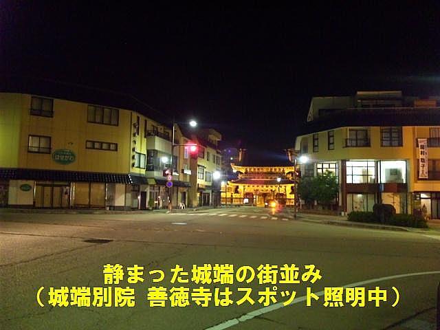 静まった夜の城端の街並み