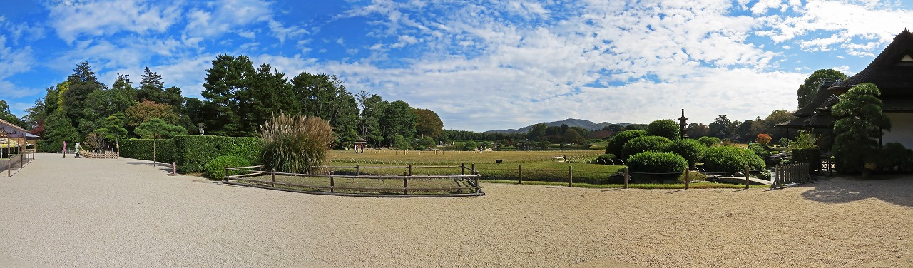 s-20141106 後楽園今日の鶴鳴館前庭から眺める園内ワイド風景 (1)