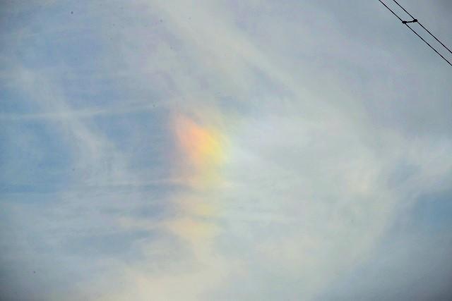 上空に虹のようなスペクトルが・
