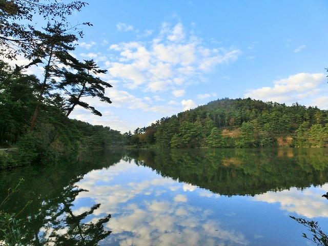 高梁自然公園の池の映り込み1