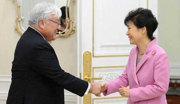 韓国の朴槿恵と握手する米民主党のマイク・ホンダ