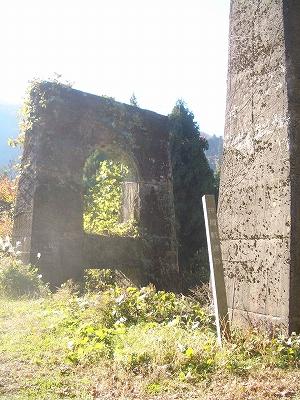 飛騨街道東道に残る、神通川を渡す神岡軌道の橋支柱
