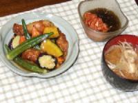 9/7 夕食 鶏と夏野菜の黒酢あん、キムチもずく酢、もやしのみそ汁