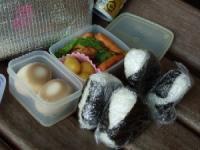 9/25 昼食 おにぎり(鮭、きゃらぶき)、ウィンナーと玉ねぎブロッコリー炒め、醤油ゆで卵