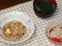 10/31 夕食 チャーハン、もちもち餃子入りスープ、トマトと玉ねぎのサラダ