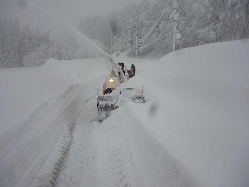 共助の除雪機と民間の除雪機、滝ノ下へ向かう
