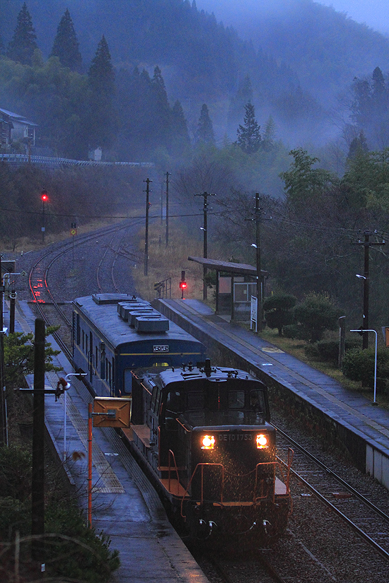 雨の野矢駅