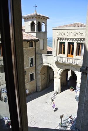 窓から広場を