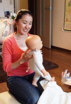 ベビーマッサージ講座20100531 桑田先生とお人形