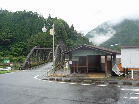 バス停と橋