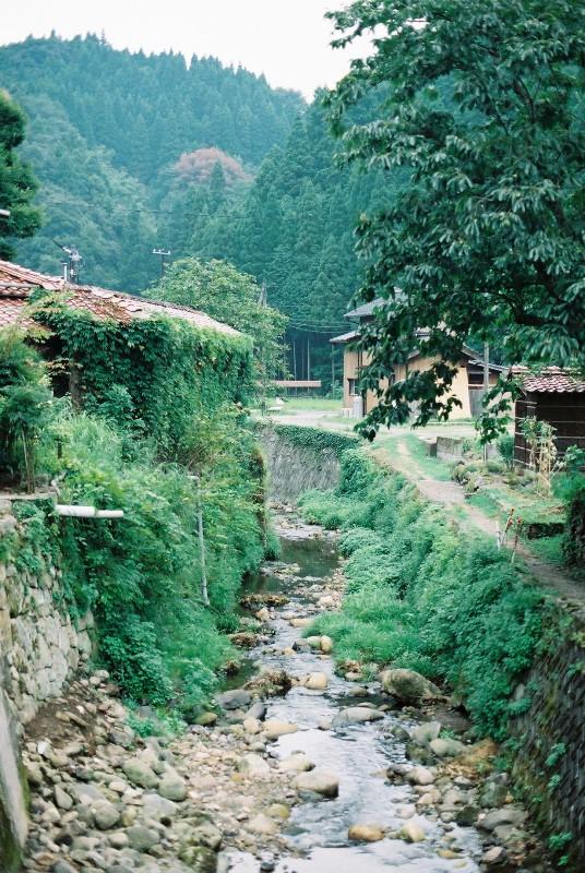 山に囲まれて、川が流れてて・・・こういうとこに大森の町があります。
