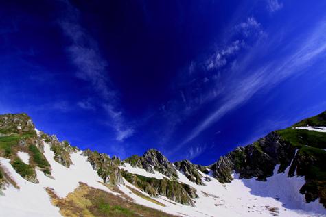 残雪と雲映える宝剣岳