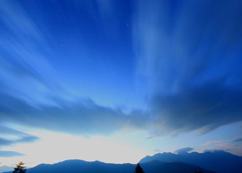 雲流れる星空