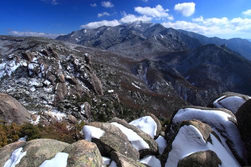 山頂から対岸に望む金峰山
