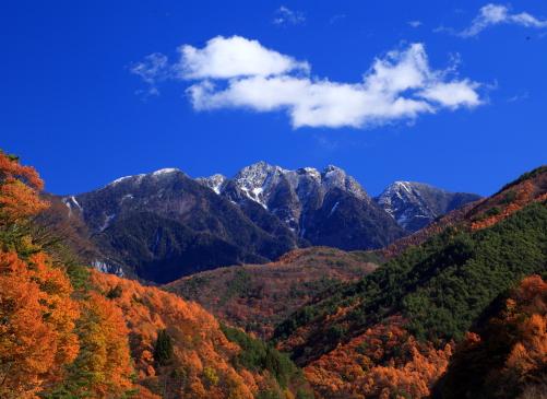黄葉と雲の彩る鋸岳