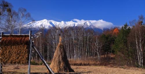 藁ボッチと新雪の御嶽山
