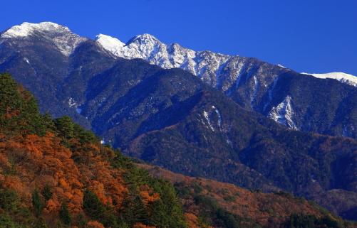 新雪の木曽駒ヶ岳と紅葉の森