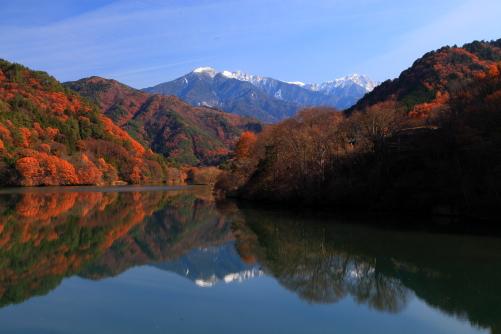 湖面に映える木曽前岳・宝剣岳・三ノ沢岳と紅葉