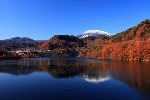 王滝ダム湖に映える霊峰御岳