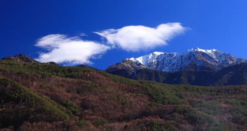 青空に雲の映える仙丈ヶ岳