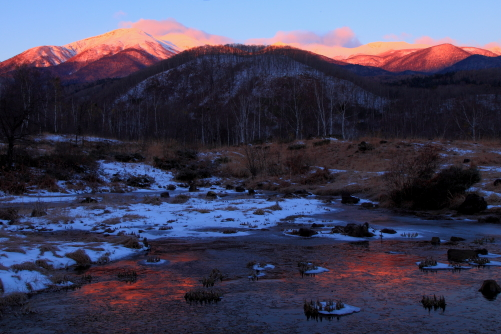 凍てつく湖面に映えるバラ色の乗鞍岳