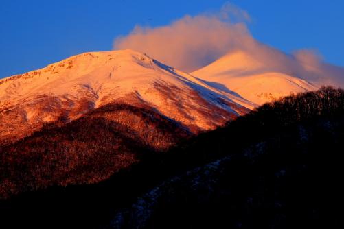 雲の流れるモルゲカロートの乗鞍岳