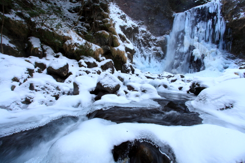 凍りつく川と滝
