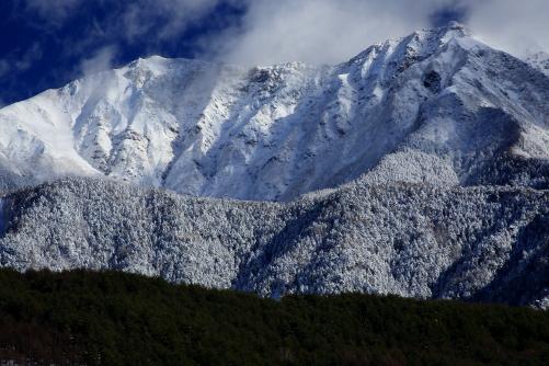12月には珍しい多量の積雪をまとった仙丈ヶ岳