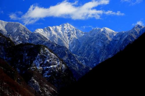 雲抱く三角錐の東駒ヶ岳