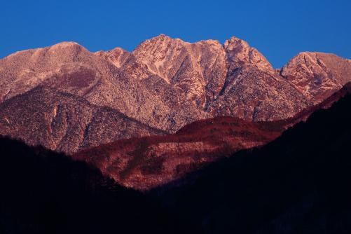 夕照に輝く冠雪の鋸岳