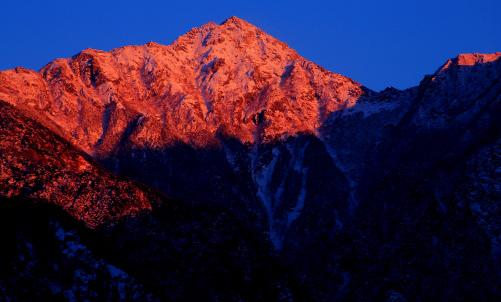 夕陽に赤く染まる東駒ヶ岳