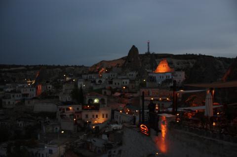灯りの点ったギョレメの街