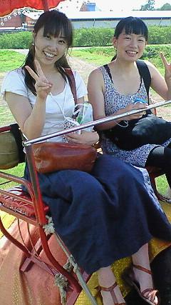 ケントくんからもらった象に乗るアリサちゃんと私