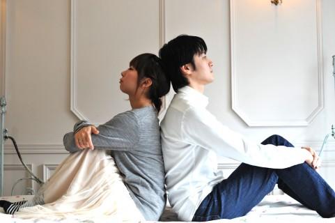 背中合わせで座るカップル.jpg