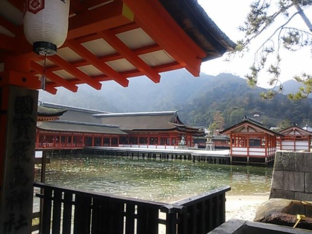 厳島神社~入口からの眺め・朱と白のコントラスト
