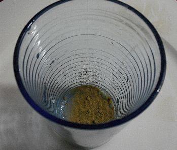 コップに粉を入れる
