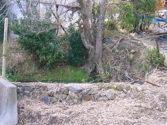 飯山町飯野山すそ野にある湧き水