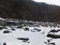 雪と雨の河原