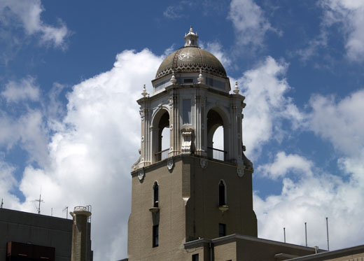 市役所・ドームと雲