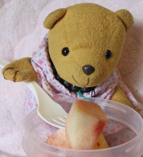 桃を食べる100808