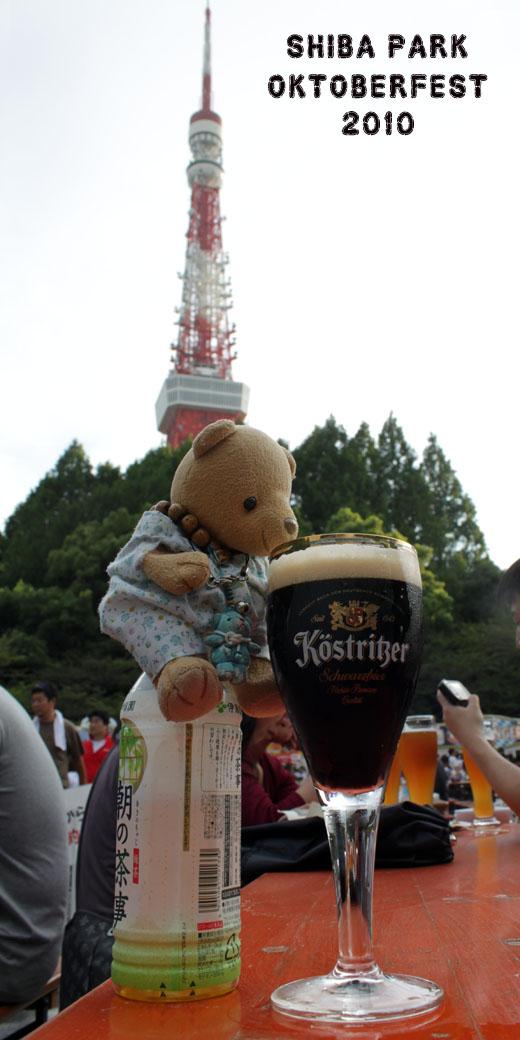 東京タワーの前でビールを飲む