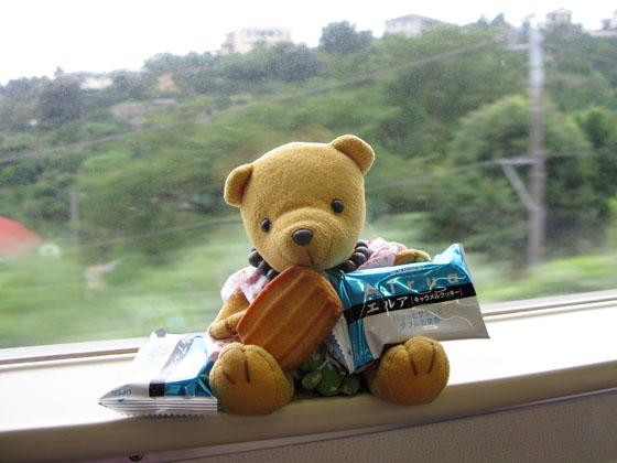 お菓子を食べる