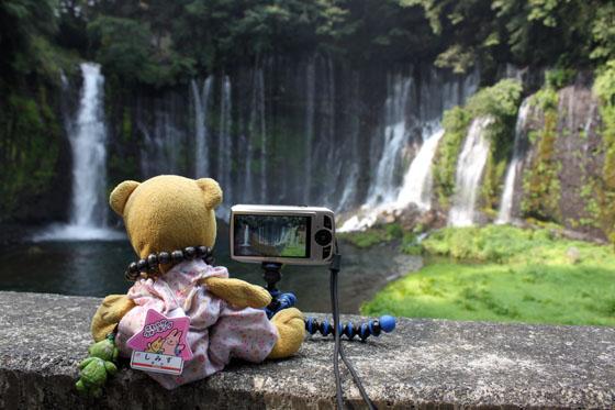 くまちゃん、白糸の滝を録る。