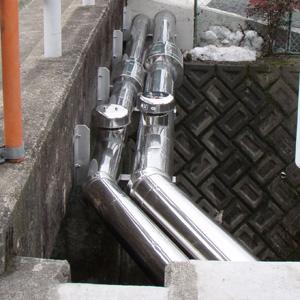 川の上の送水管