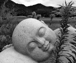 Buddha-sleeps-in-oki-1.jpg