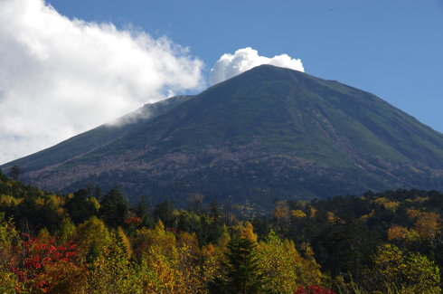 継子岳越しに見えた御嶽山の噴煙