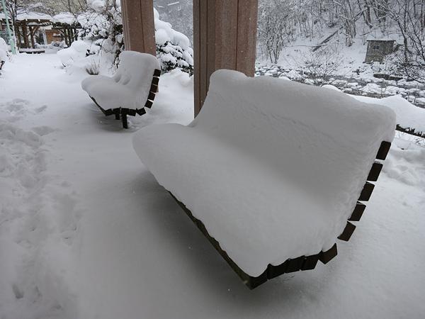 定山渓 二見公園 ベンチ 雪