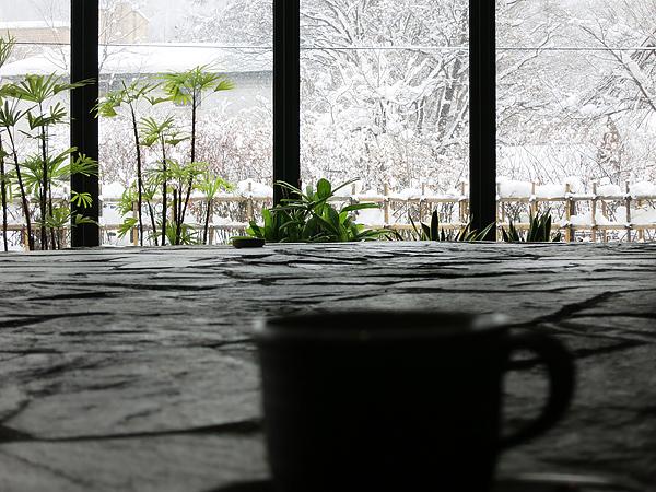 古窓 カップごしの雪景色