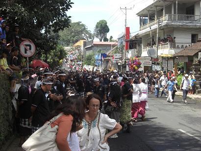 パレード前の道