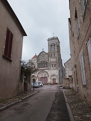 ヴェズレーの教会の遠景